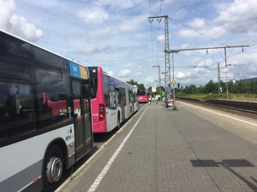 シャトルバスの列