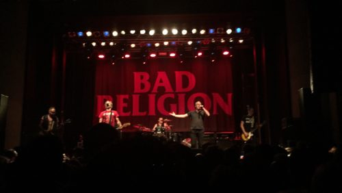 BAD RELIGIONの演奏シーン
