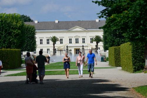 大庭園を歩く人々