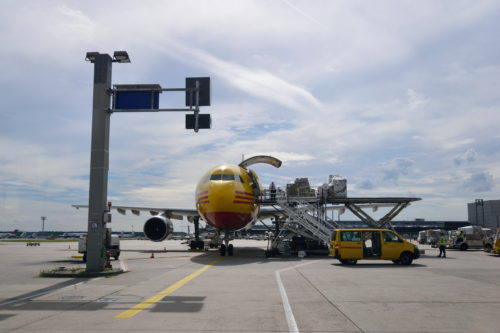 DHLの機体を正面から