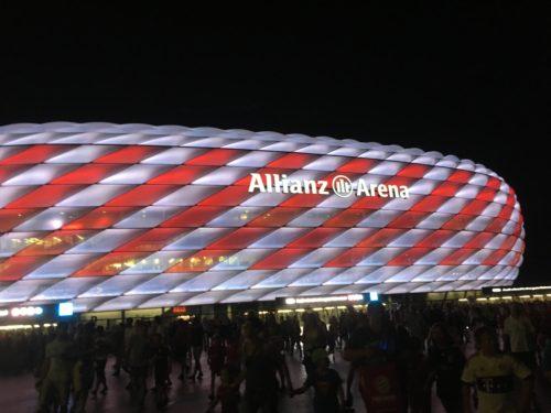 夜のアリアンツ・アレーナのライトアップ