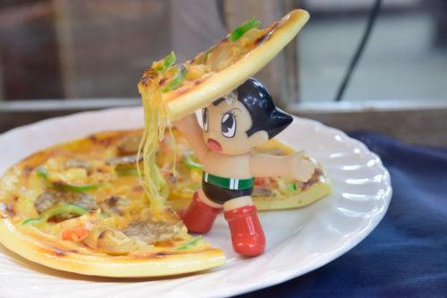 鉄腕アトムがピザを持ち上げる食品サンプル