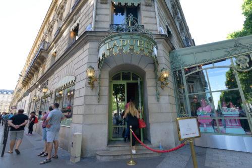 ラデュレ・シャンゼリゼ通り店の外観