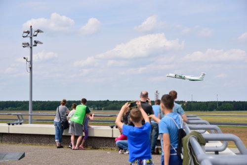 テーゲル空港の展望デッキの人々