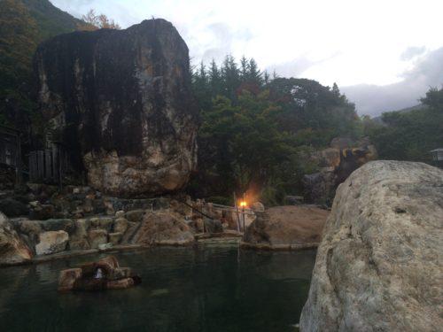 水明館佳留萱山荘大露天風呂の岩
