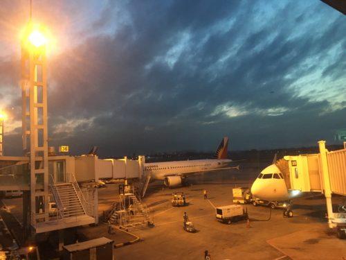 早朝のマニラ空港
