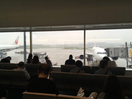 第1ターミナル保安区域から撮影した飛行機
