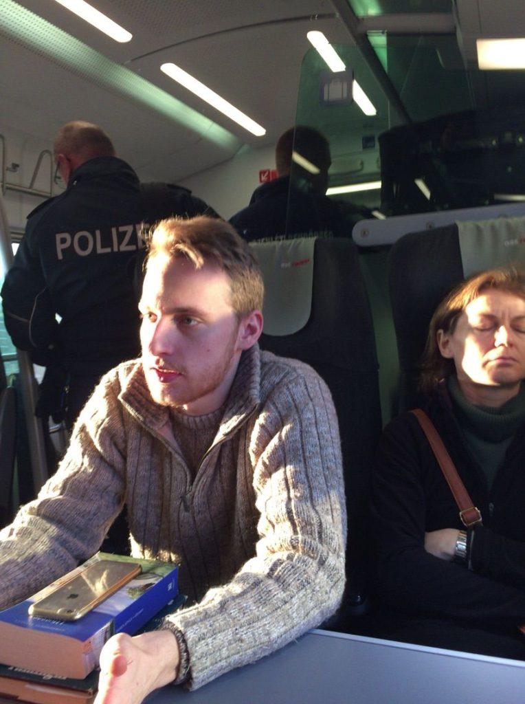 ウィーン行きの特急列車内に入ってきた警察官