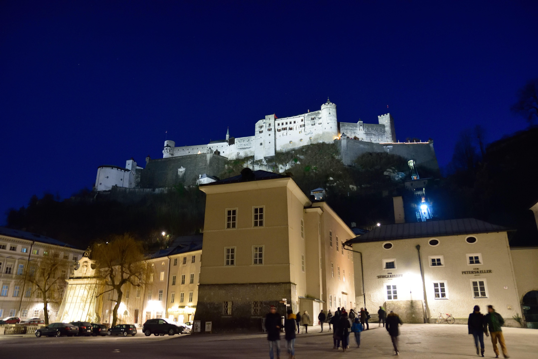 夜のザルツブルク城を下から見上げる