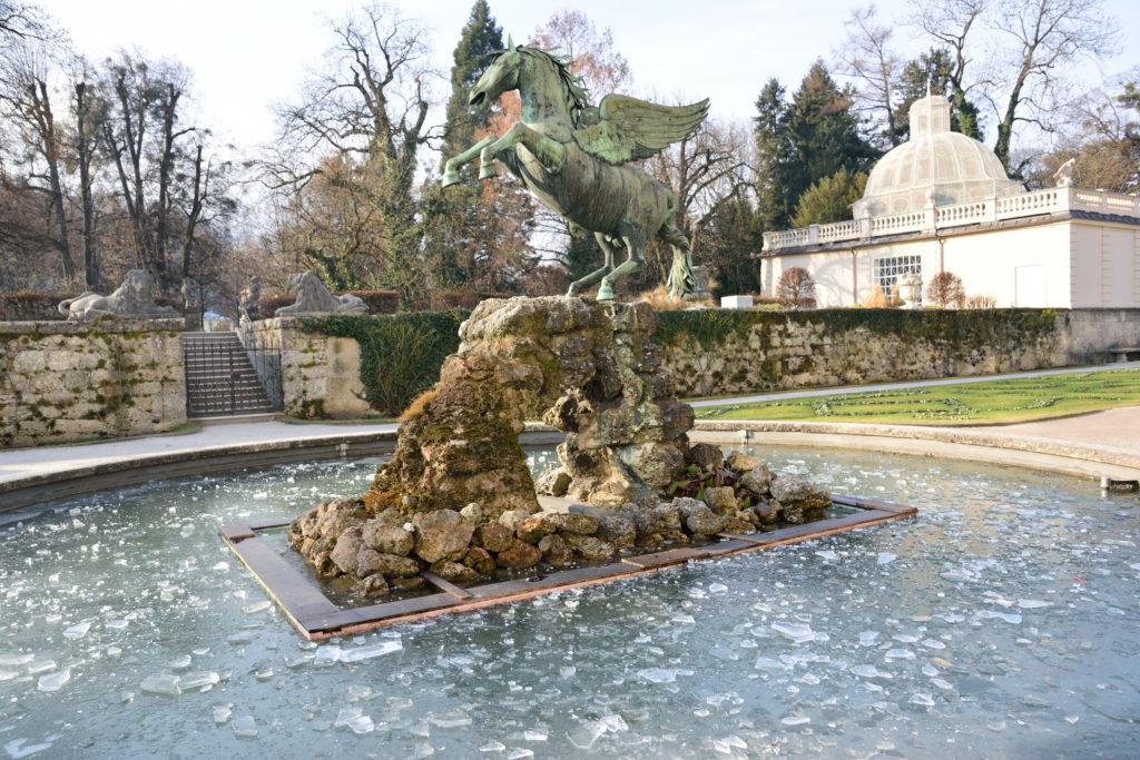 凍ってしまった庭園の噴水