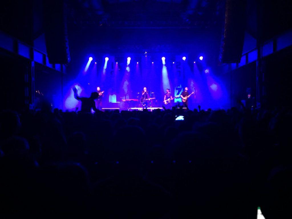 ライブ中のステージの様子