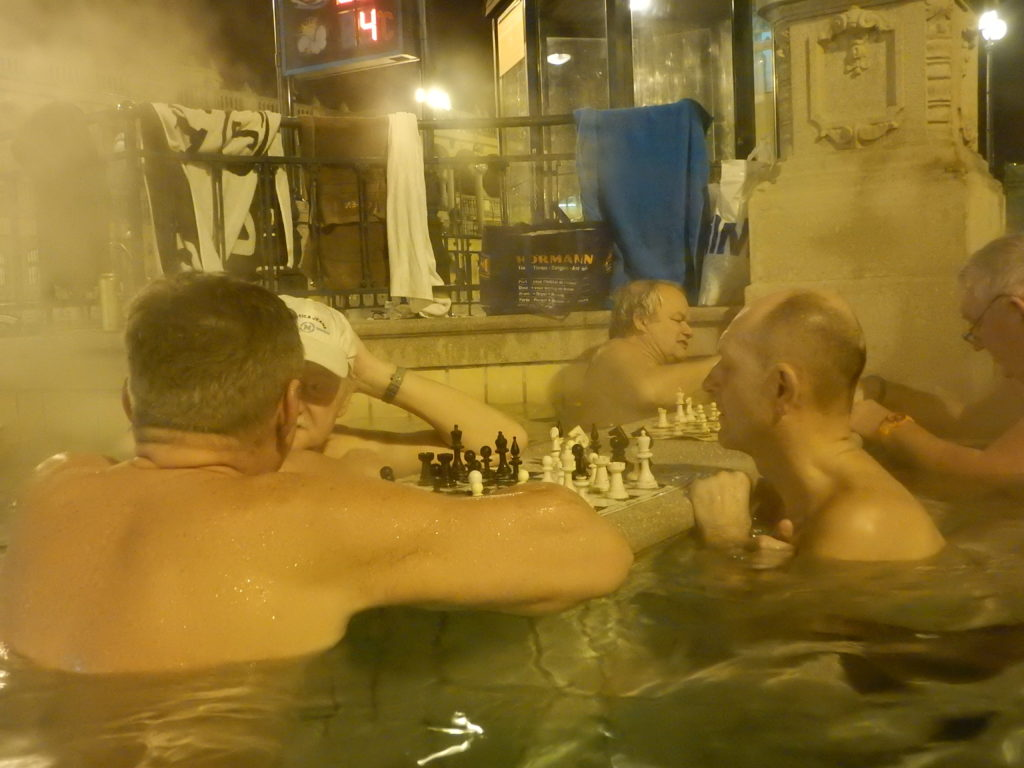 湯に浸かりチェスを打つおじさん達