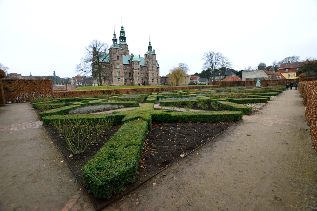 お城のある庭園