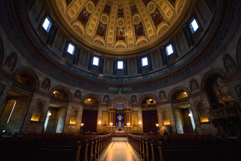 荘重な、教会の内装