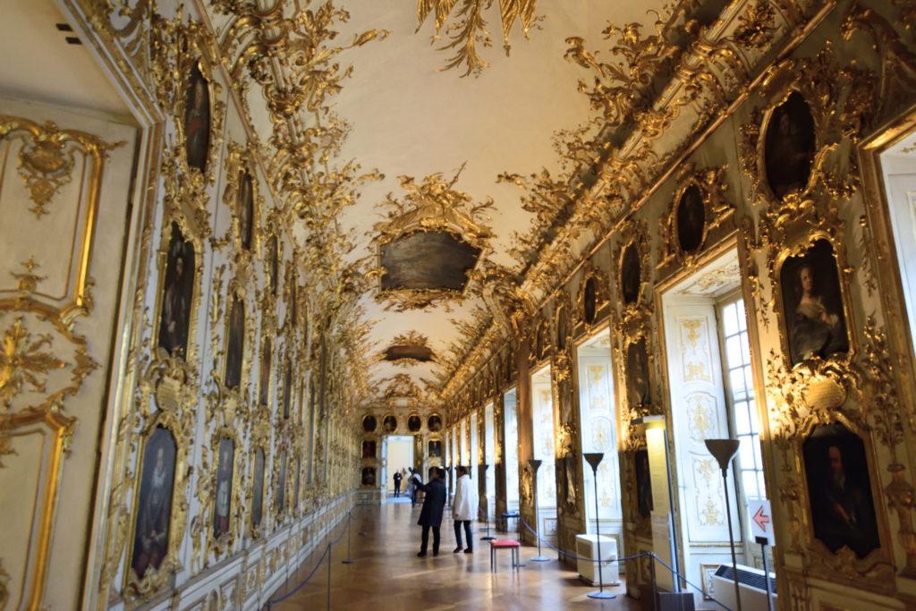 金に装飾された廊下