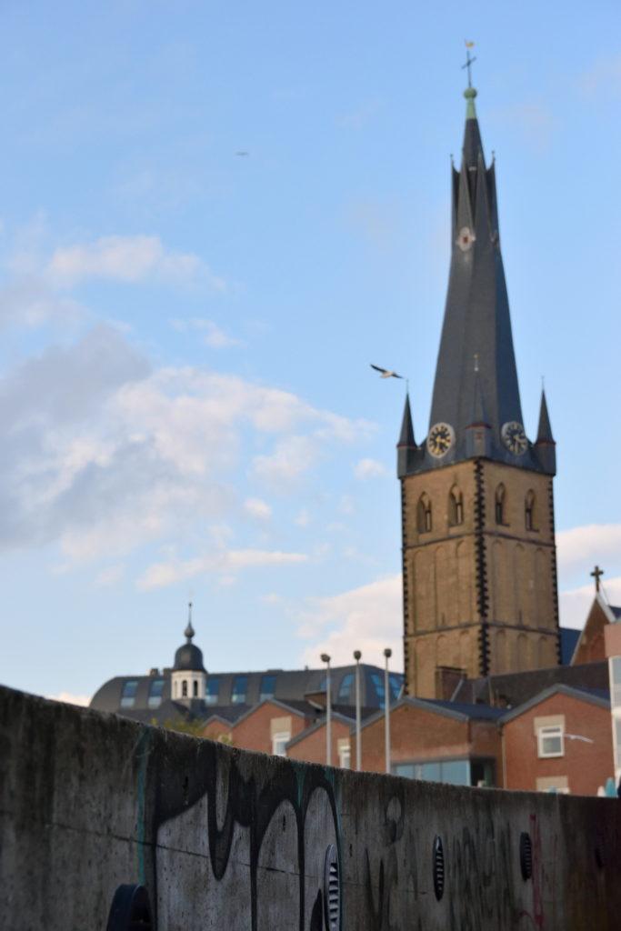 教会を後ろに望む撮影場所