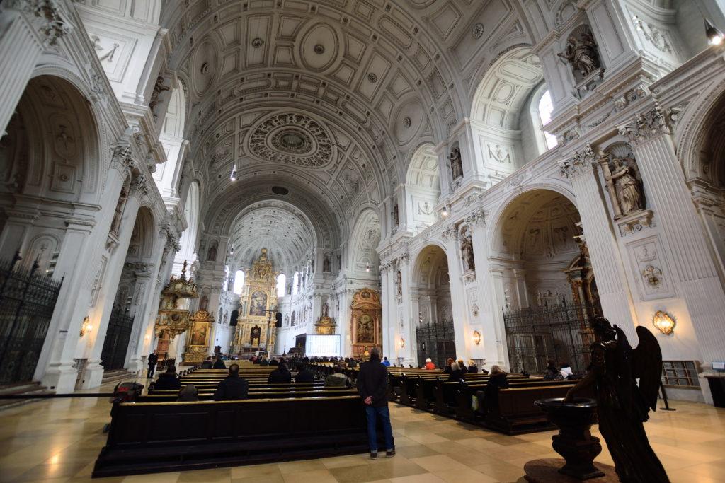 聖ミヒャエル教会の内装を広角レンズで