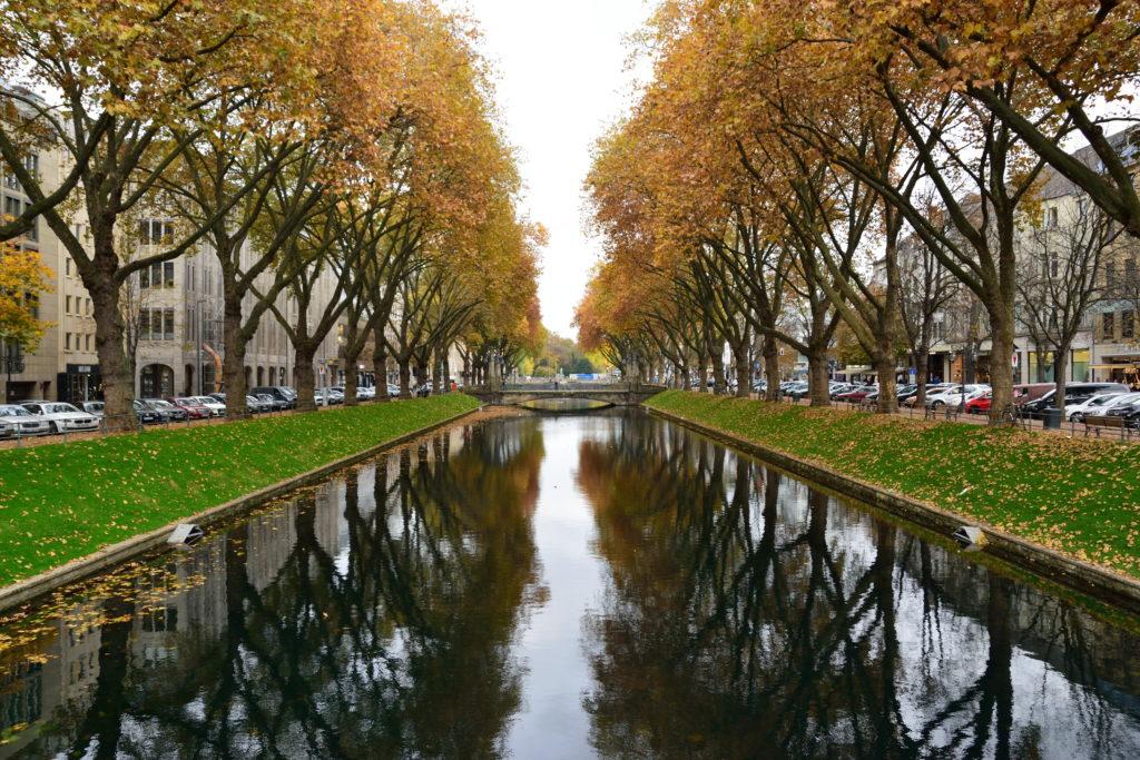 デュッセルドルフ中心街の水辺