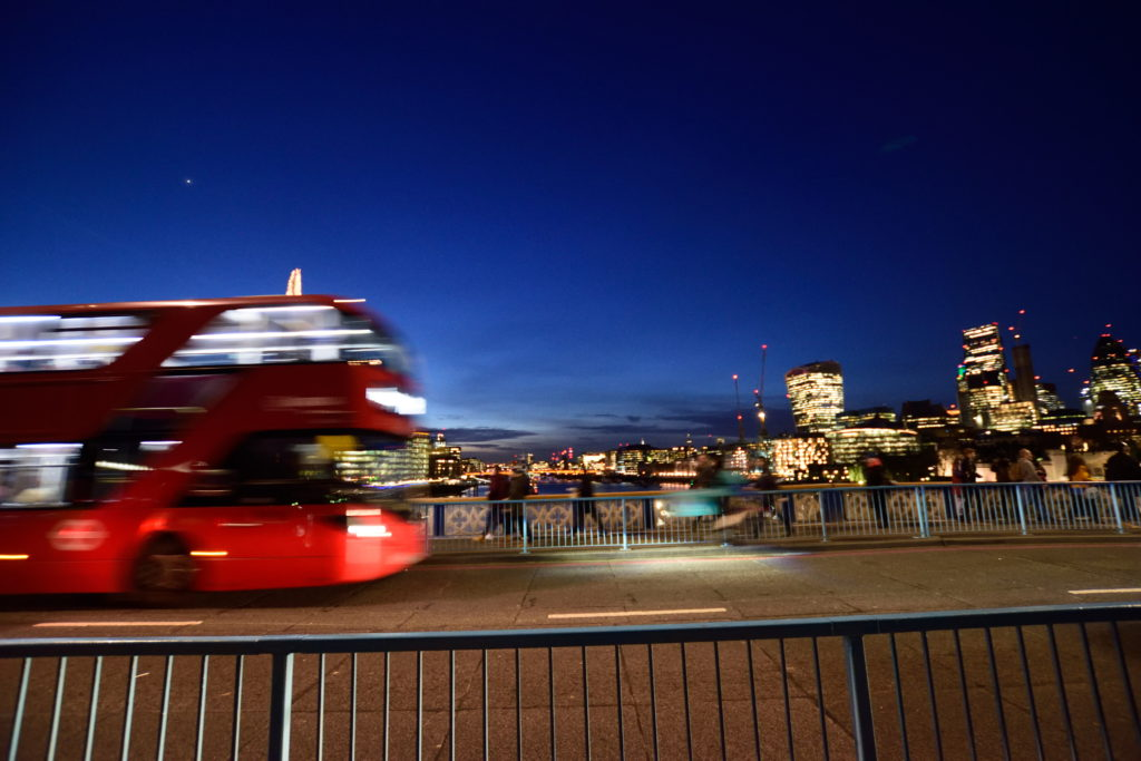 夜のタワーブリッジを走り抜けるダブルデッキバス