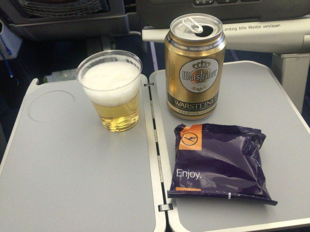 機内での、スナックとビール