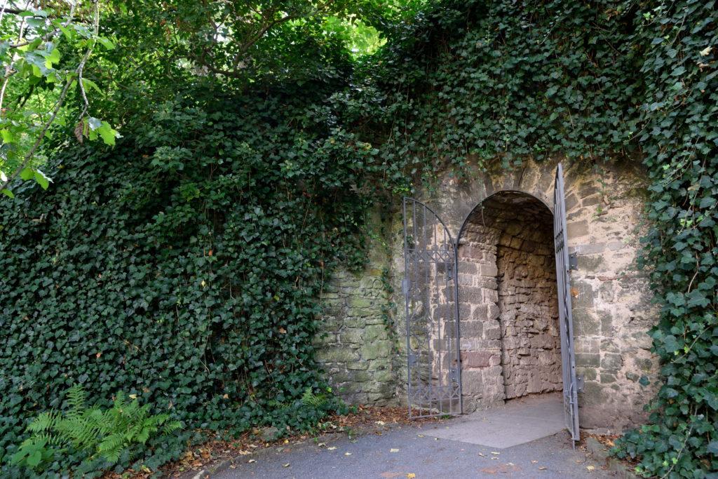 城壁の下にあるトンネル