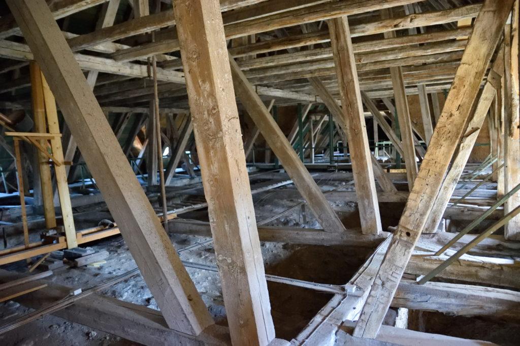 教会の屋根裏