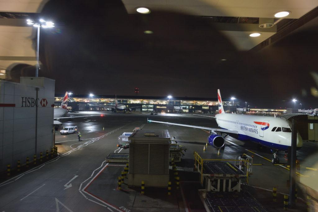 夜のヒースロー空港とA319