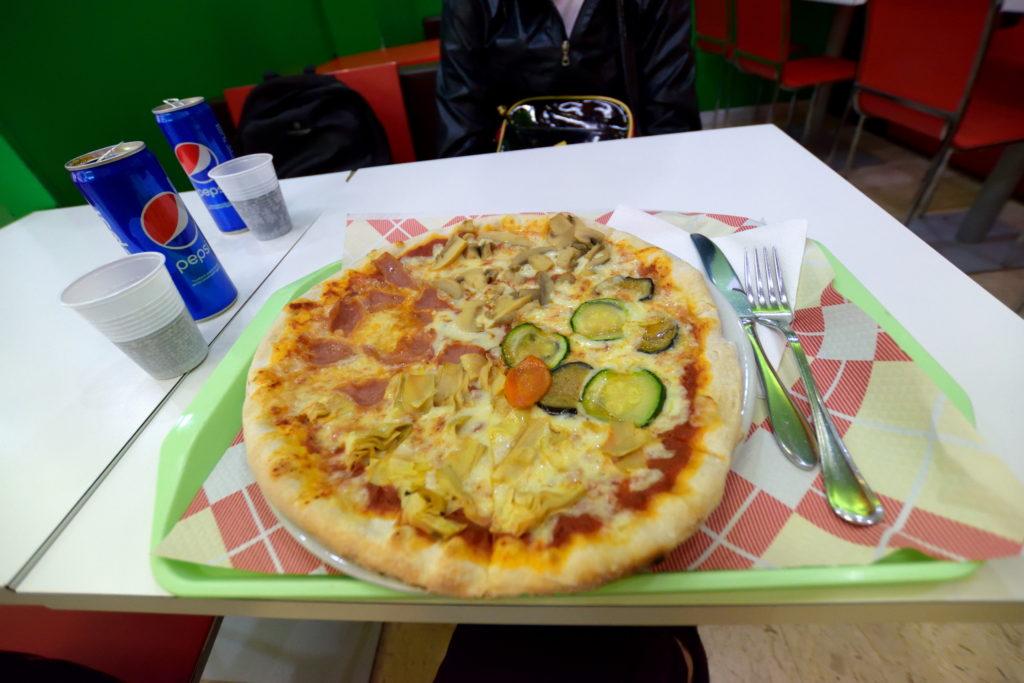 ファストフード店のピザ