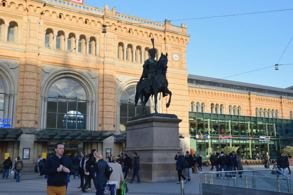 ハノーファー駅前の銅像