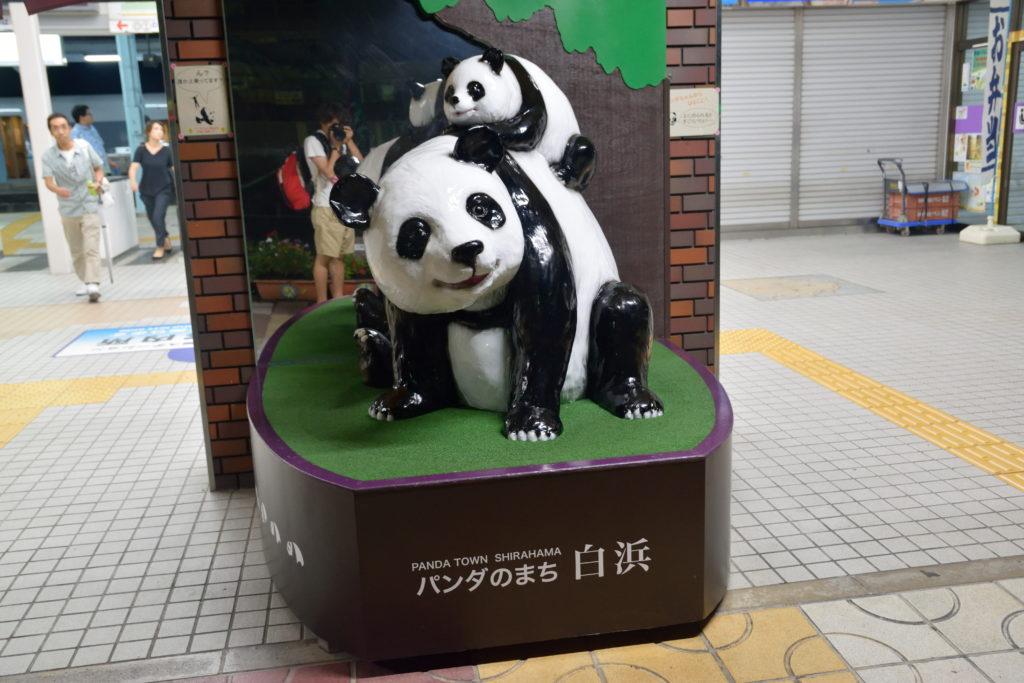 白浜駅前のパンダの置物