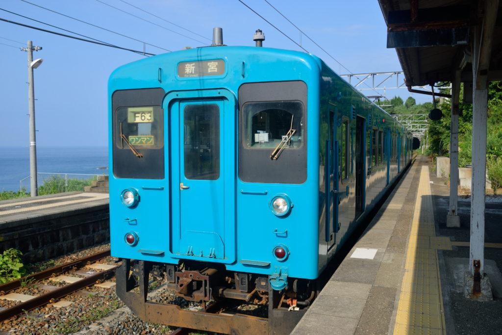 紀勢本線を走る青のワンマンカー