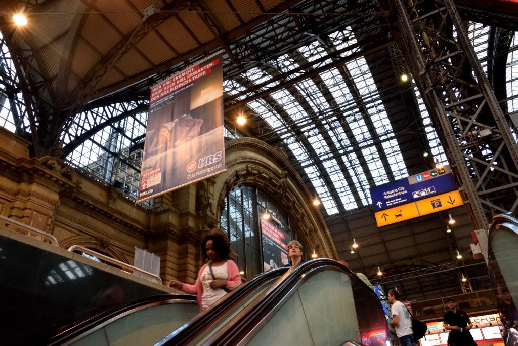 フランクフルト中央駅、下から見上げた内装