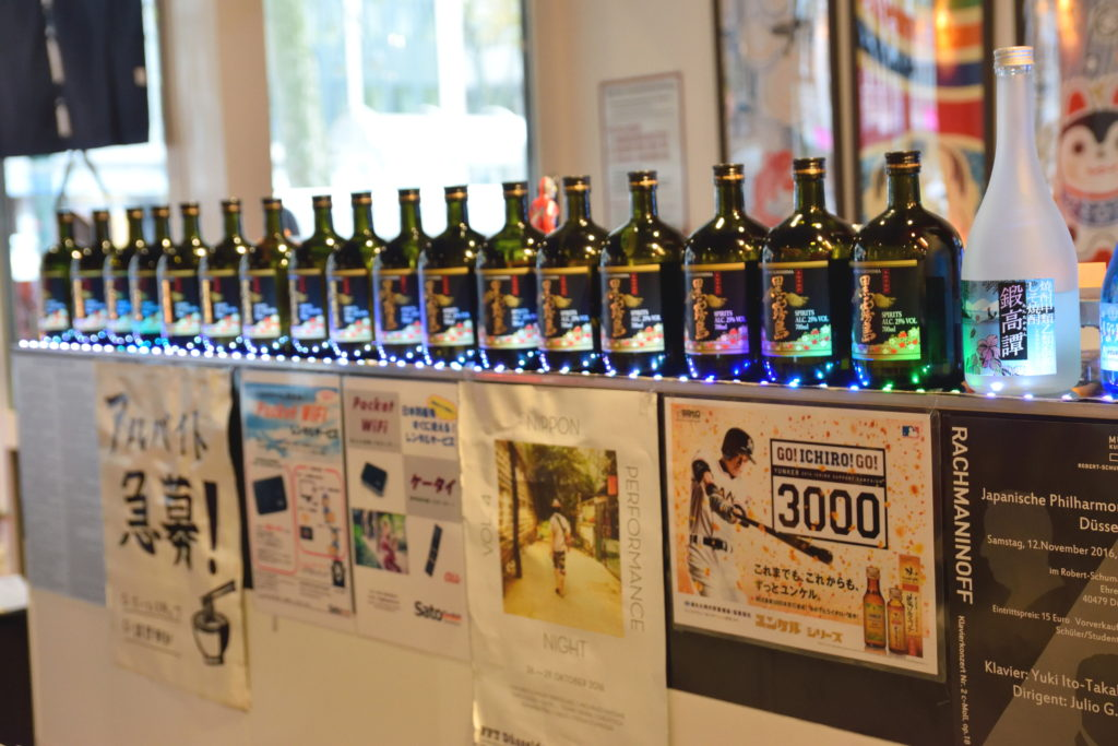 店内に並ぶ酒瓶