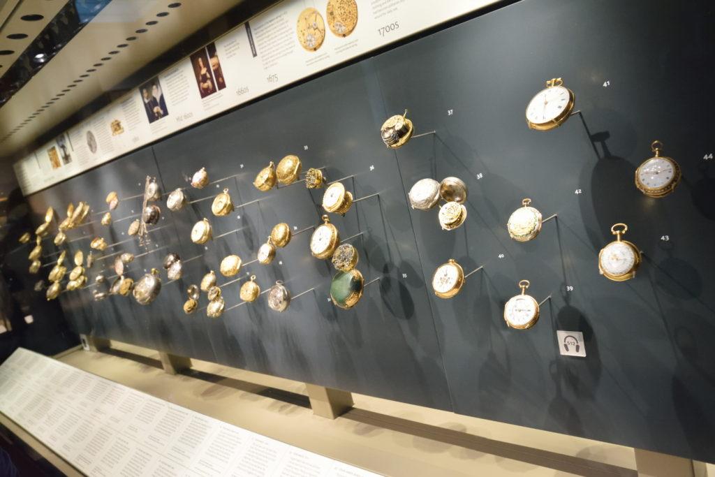 たくさんの懐中時計が並ぶ展示