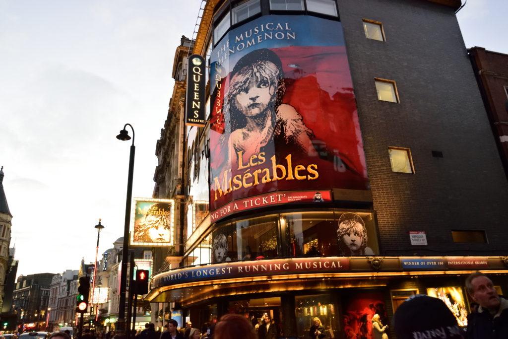 ロンドンの、レ・ミゼラブル専用劇場の外観