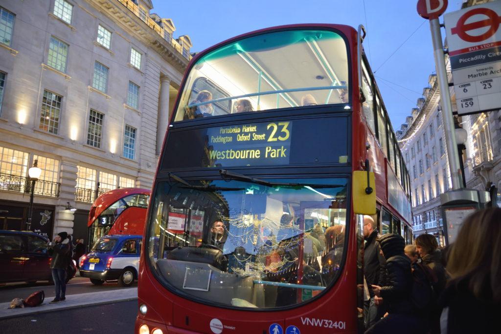 ロンドンの2階建てバスに乗車