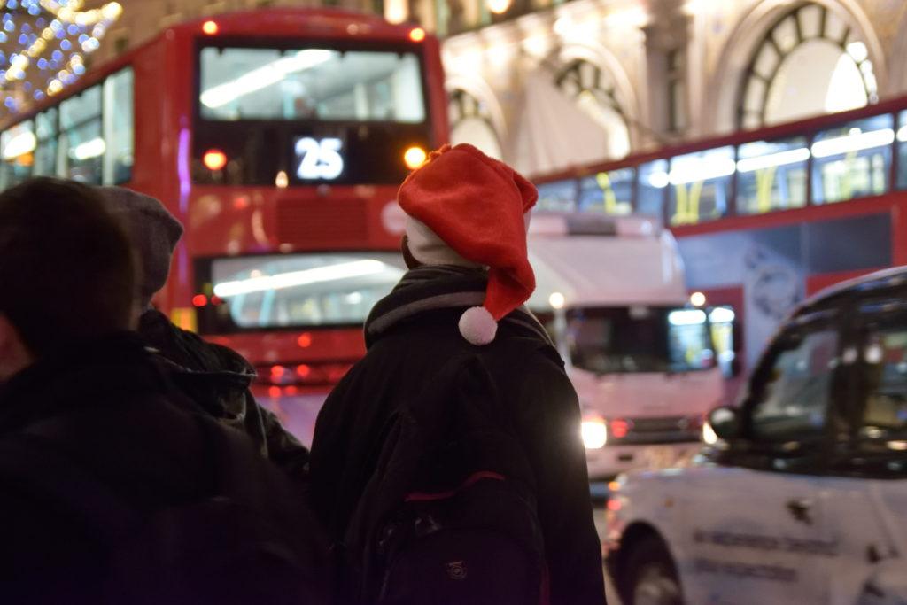 サンタ帽を被ったロンドン市民