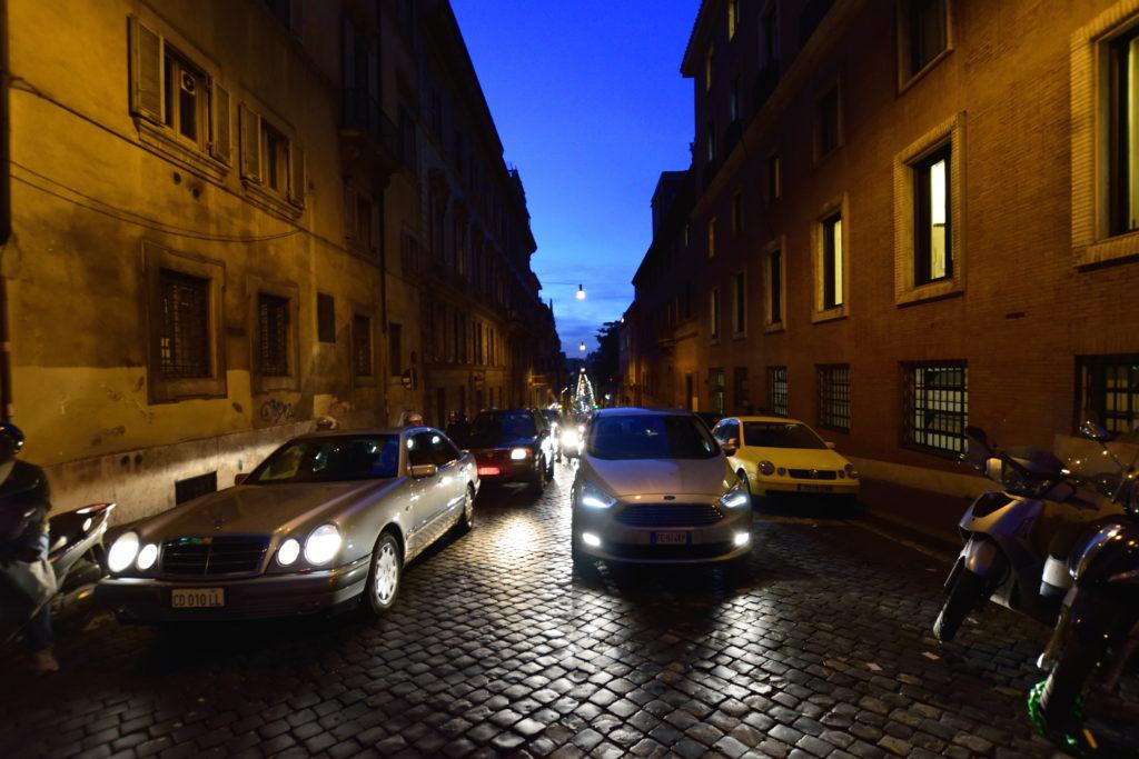 夜の、石畳のローマ