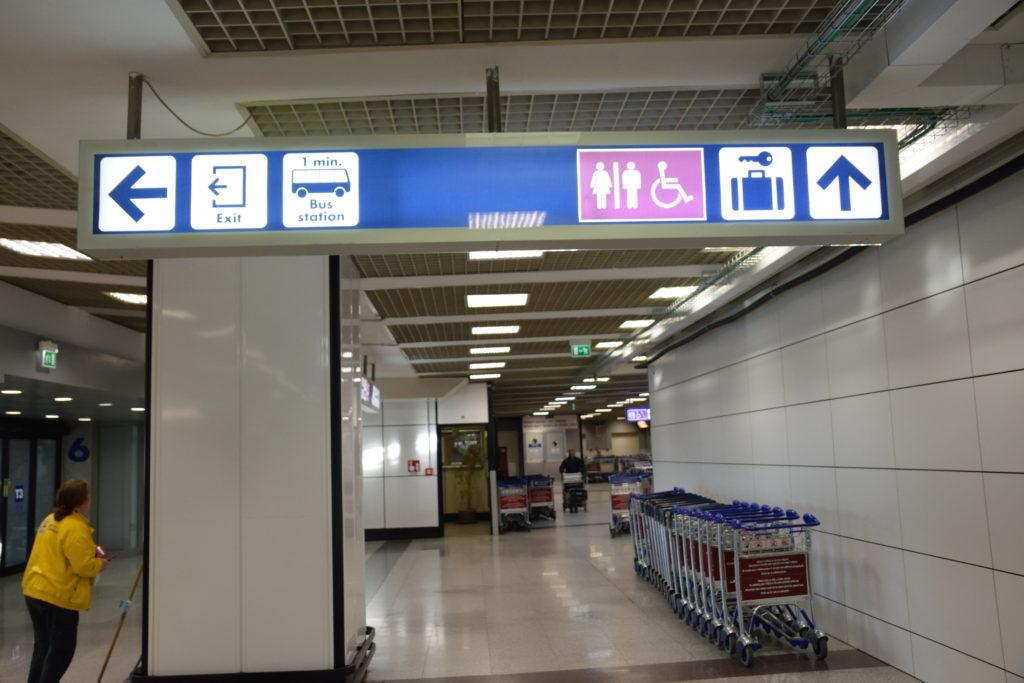 手荷物預け所の標識