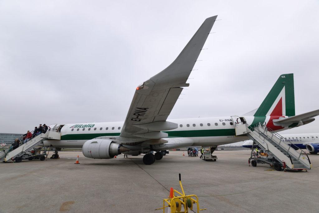 ロンドンシティ空港のスポットに止まるアリタリア航空E190