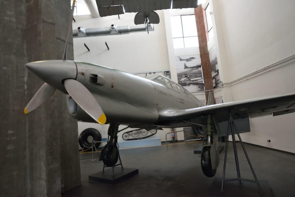 戦闘機のレプリカの展示