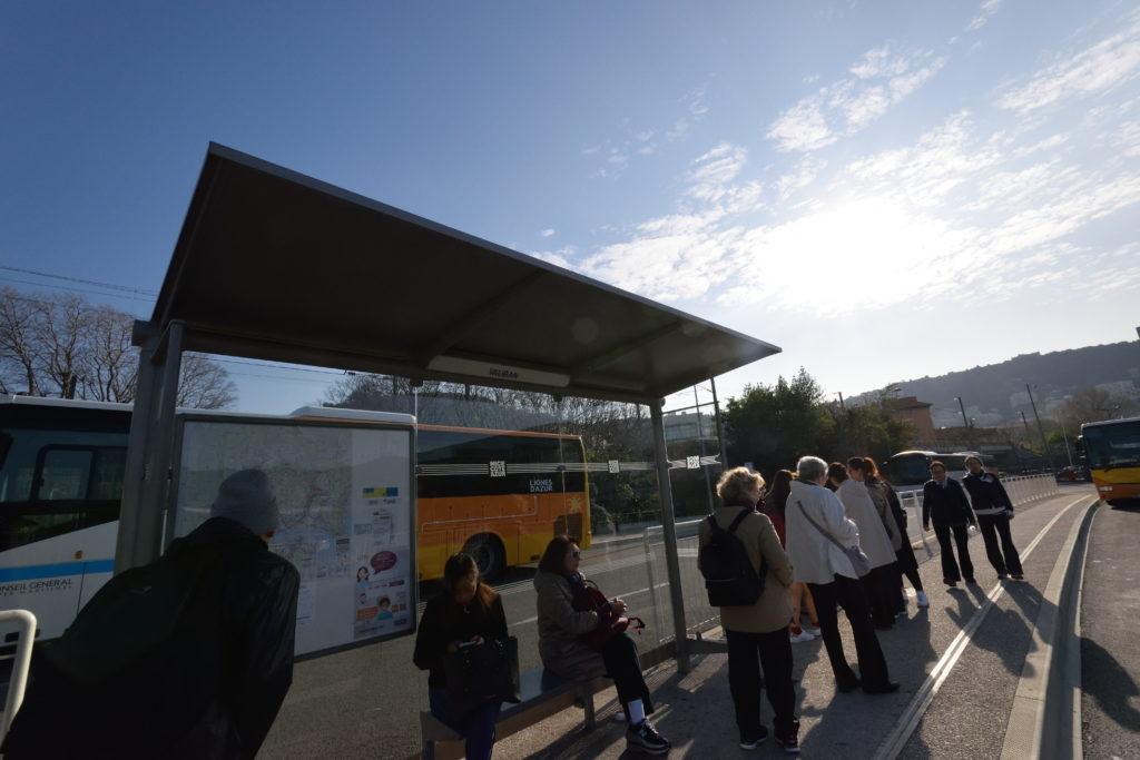 エズ行きのバスが出るバス停