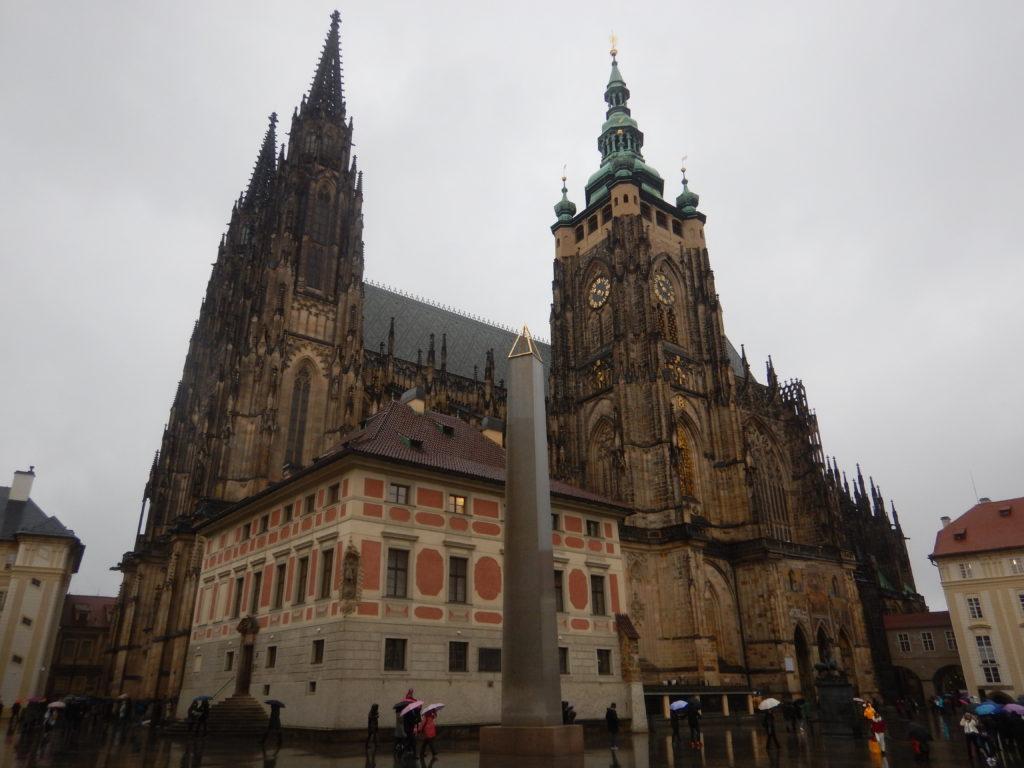 曇りのプラハ大聖堂