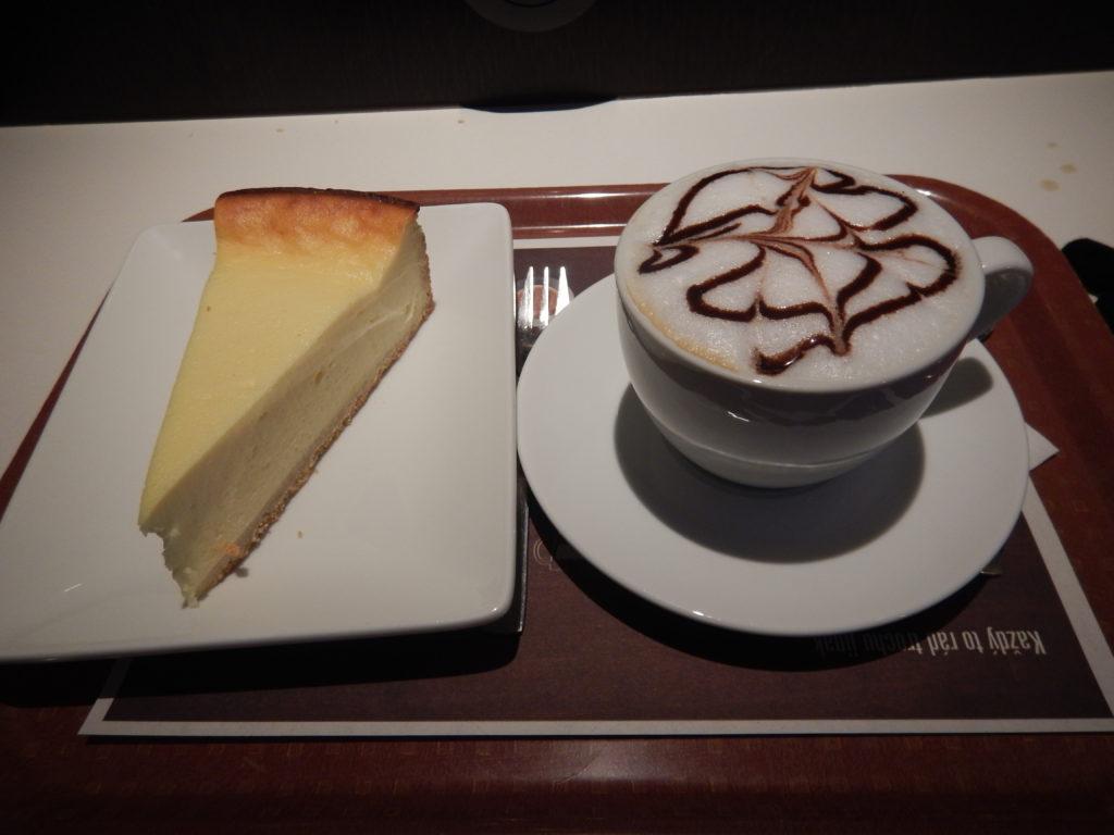 マクドナルドのカプチーノとチーズケーキ