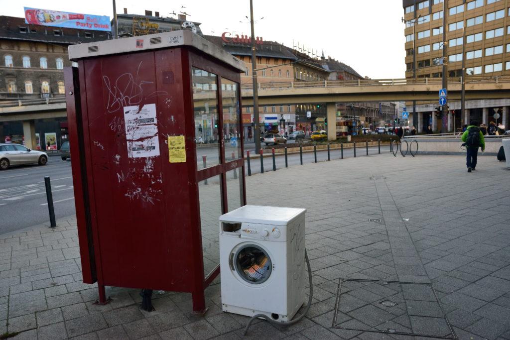 道端に捨てられた洗濯機