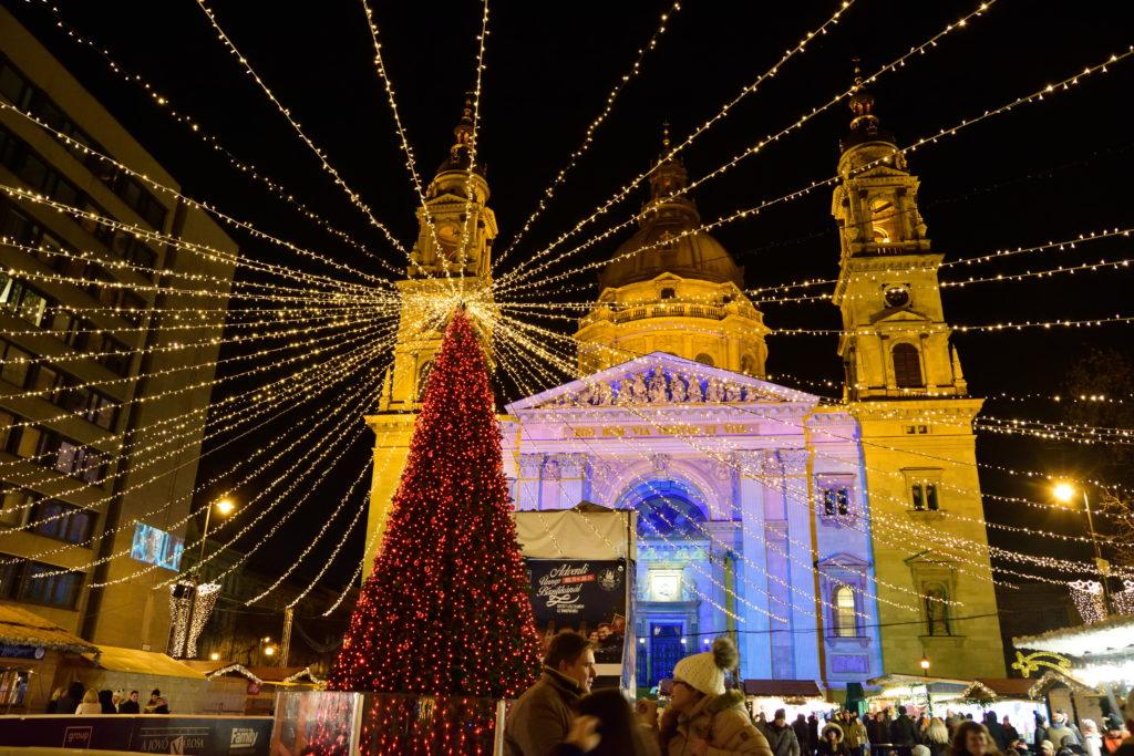 ブダペストの教会とクリスマスツリー