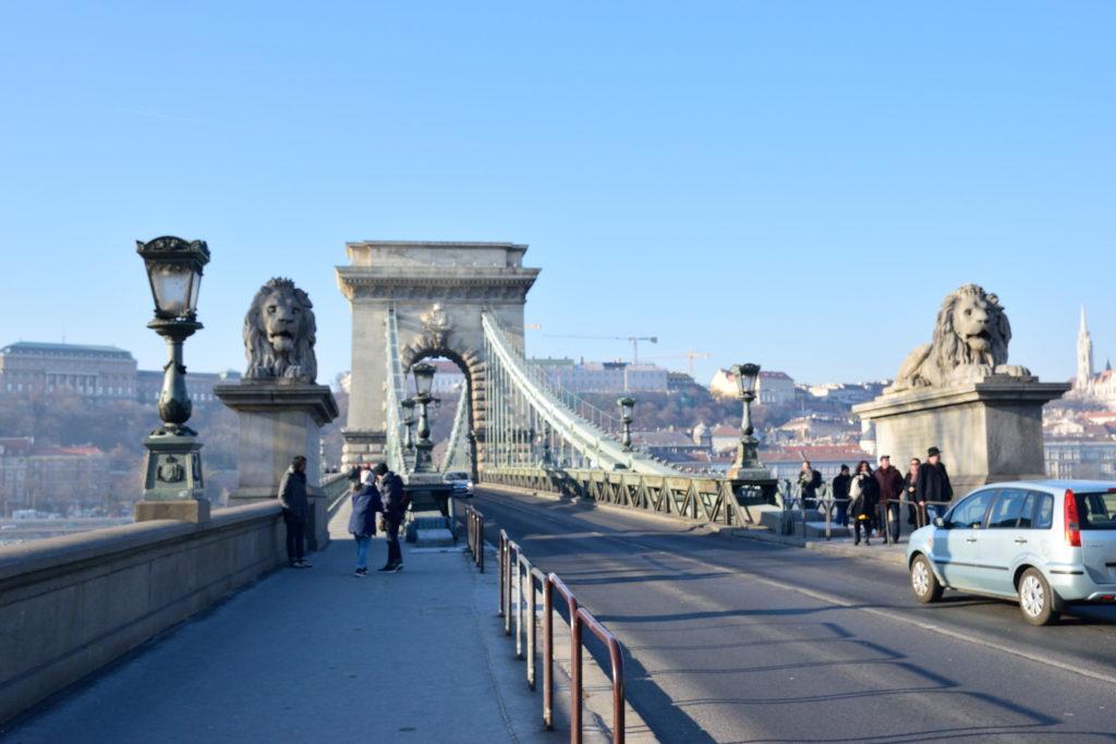 セーチェーニ鎖橋を走る道路