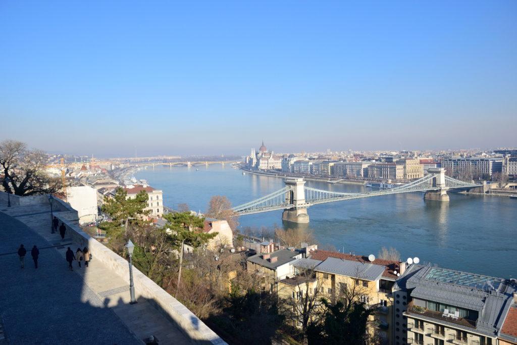 丘の上から見たブダペストの街、鎖橋