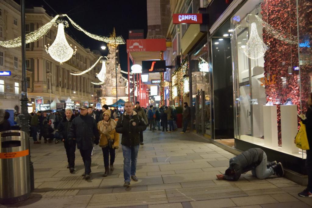 ウィーンの街中で物乞いをするホームレス