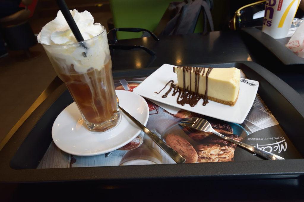 マックカフェの、アイスコーヒーとチーズケーキ